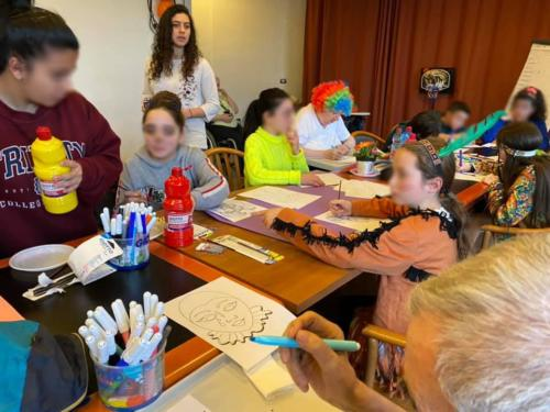 ragazzi e anziani maschere e colori