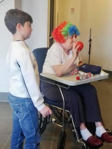 ragazzi e anziani in maschera