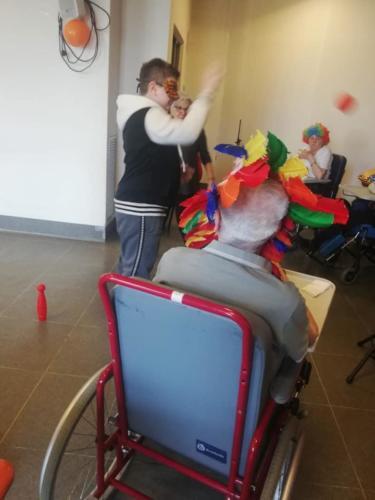 ragazzi e anziani decorazioni