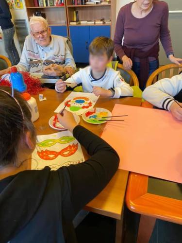 ragazzi e anziani tavolo creativo
