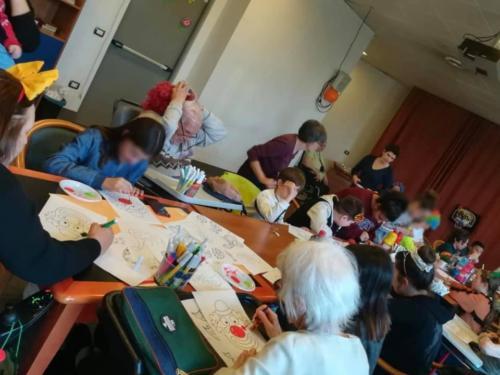 ragazzi e anziani creativi